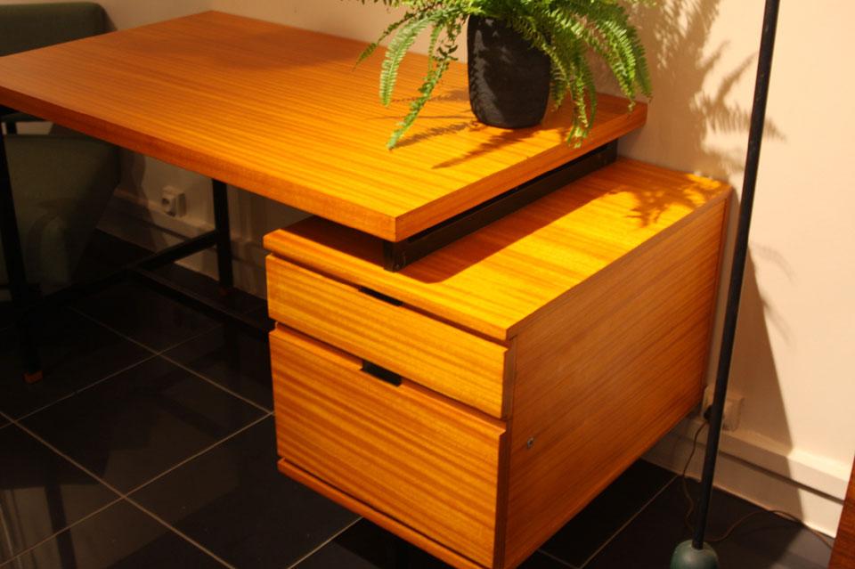 bureau de pierre guariche en acajou. Black Bedroom Furniture Sets. Home Design Ideas
