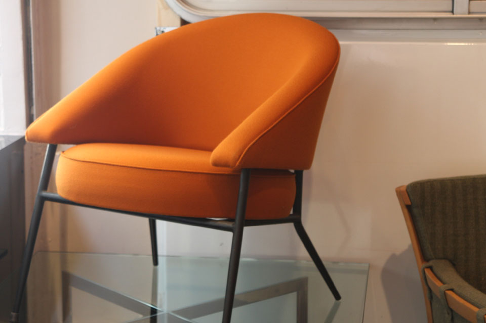 paire de fauteuils en crepe de laine orange. Black Bedroom Furniture Sets. Home Design Ideas