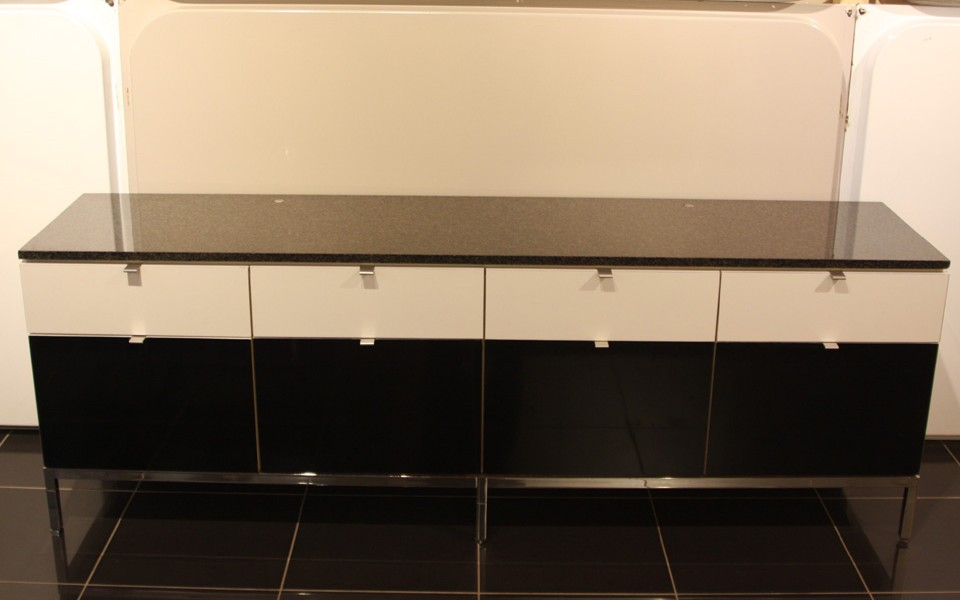 enfilade florence knoll melamine noir blanc pr sent e par 39galerie 39galerie s b et 39galerie. Black Bedroom Furniture Sets. Home Design Ideas