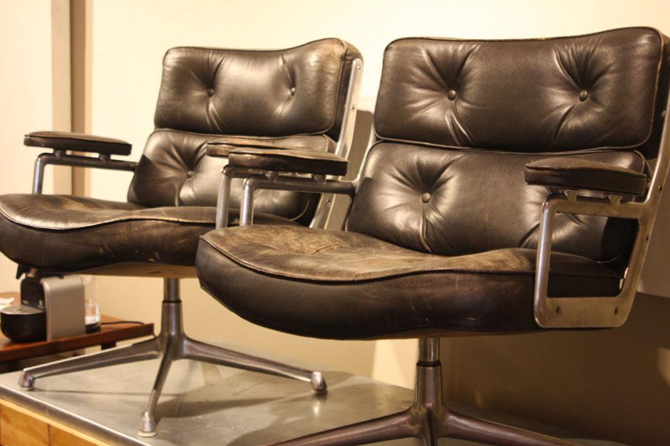 paire de fauteuils en cuir pivotant time life de charles. Black Bedroom Furniture Sets. Home Design Ideas