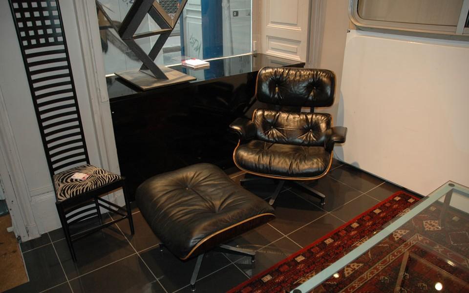 fauteuil charles eames et son ottoman présenté par 39Galerie