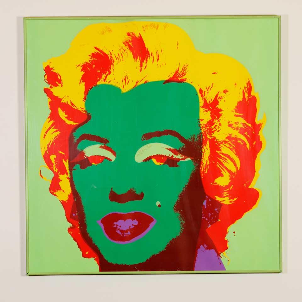"""Andy Warhol a créé une série de 10 variations dans ce qui est maintenant appelé la série Marilyn, différentes variations de couleur. En 1970, ses sérigraphies originales ont été reproduites pour créer une nouvelle série de sérigraphies de Marilyn. Ces gravures ont été nommées """" Sunday Morning """" B"""
