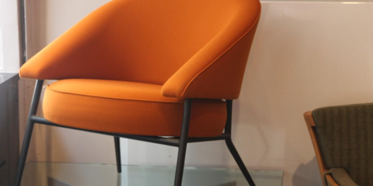 39Galerie présente une paire de fauteuils en crèpe de laine orange