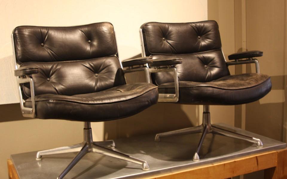 Paire de fauteuils en cuir pivotant Time Life de Charles Eames