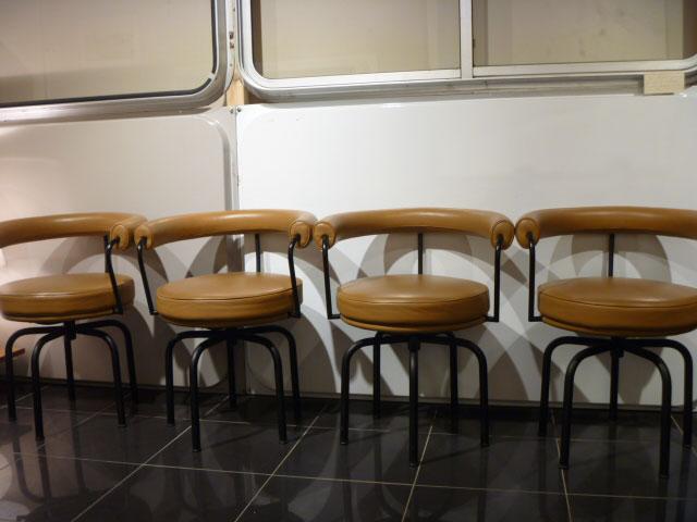 39 Galerie présente un lot de chaises LC7 Le Corbusier