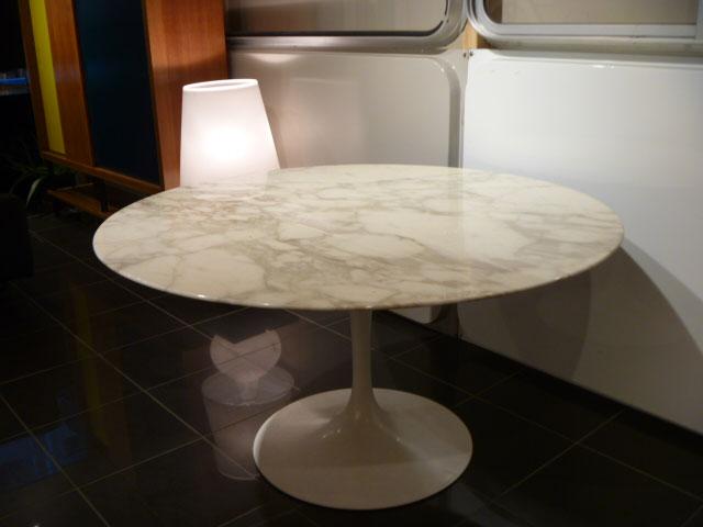Table Saarinen en marbre Turcato et piétement en fonte de métal laqué blanc